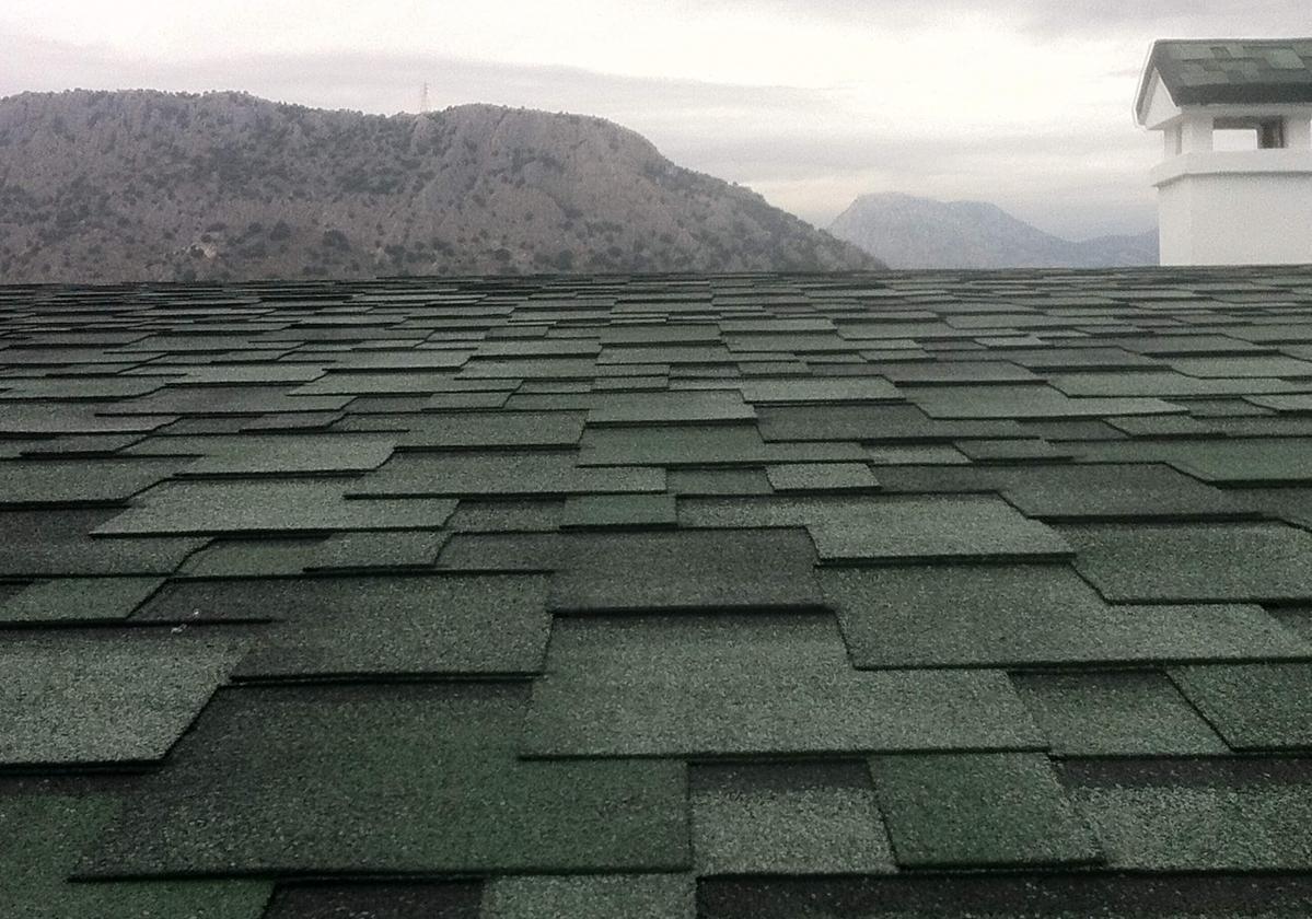 Bardoline zöld zsindely családi ház tetején